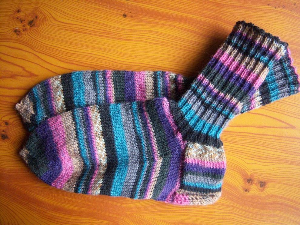 Gestrickte Socken lila