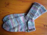 Gestrickte Socken pastell